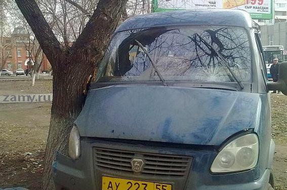 Пассажирская газель врезалась в дерево на остановке Рабиновича